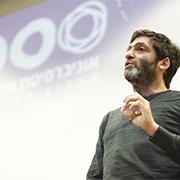 פרופ' דן אריאלי בהרצאה בערב ארגון הבוגרים של האוניברסיטה