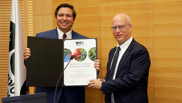 פרופ' אריאל פורת (מימין) מעניק את אות הידידות למושל פלורידה, רון דה סנטיס (צילום יהונתן צור-דובדבני)