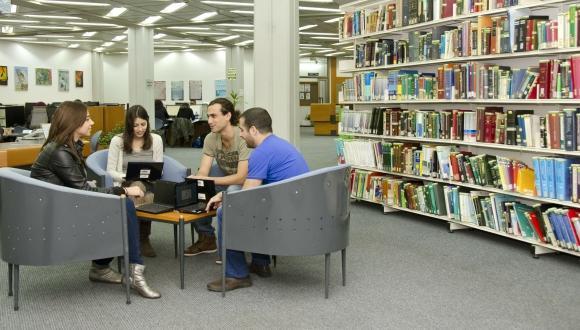 """סטודנטים בספרייה למדעי החיים ולרפואה ע""""ש גיטר-סמולארש"""