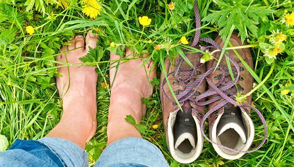 ברגליים יחפות