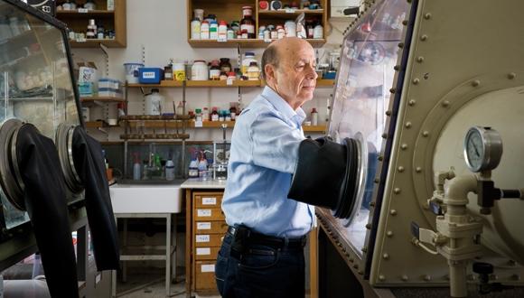 פרופסור עמנואל פלד במעבדה