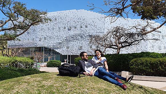 סטודנטים בדשא. מראה שכבר כמעט שכחנו