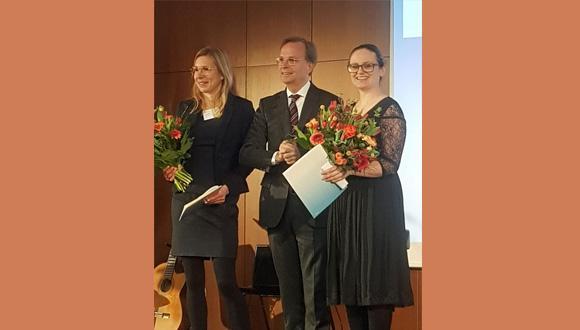 """ד""""ר מירי ימיני (מימין) עם תומס ראכל, מזכיר שר החינוך הגרמני וד""""ר נינה קולק בטקס הענקת הפרס"""