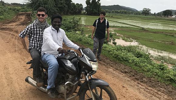 על אופנוע או ברגל, בדרך לשדה