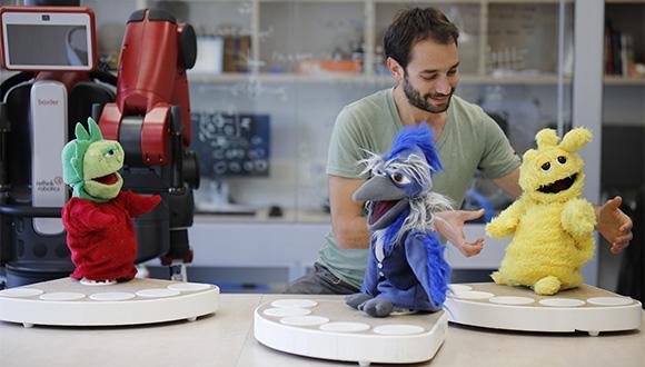 עומר גבירצמן וחבורת הרובוטים החברתיים (צילום: נועם תור)