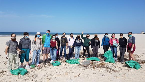 """צוות בית הספר לזואולוגיה בחוף פולג. צילום: ד""""ר סיגל שפר"""