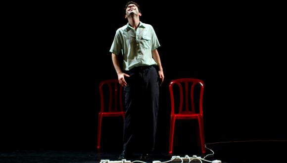 """יונתן בק בהצגה """"איש לא חשוב"""" (צילום: מאי קסטלנואבו)"""