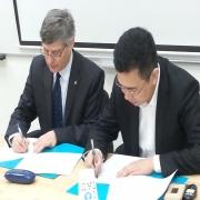 פרופ' רענן ריין ועמיתו גונג ווימי בטקס חתימת ההסכם