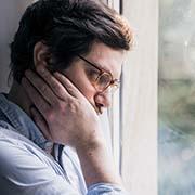 גילאי 40-20 בסגר: ישנים יותר, צועדים פחות ומאושרים הרבה פחות